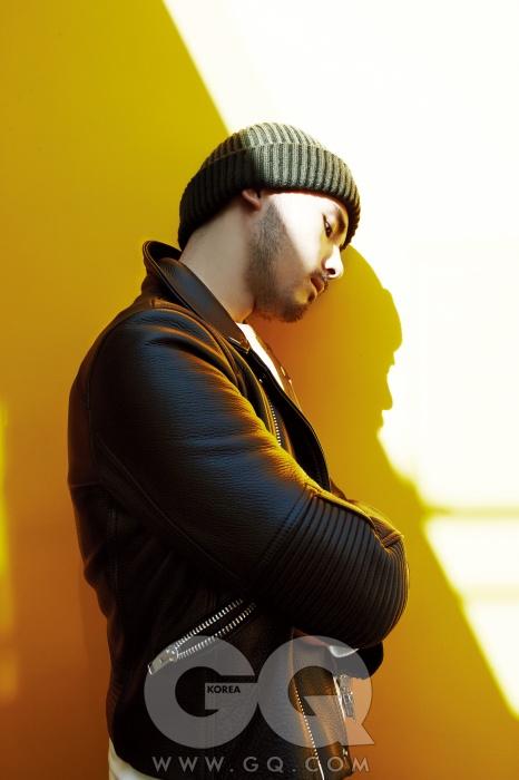 가죽 라이더 재킷 57만8천원, 노앙. 크림색 스웨트 셔츠 18만8천원, 프레드 페리.