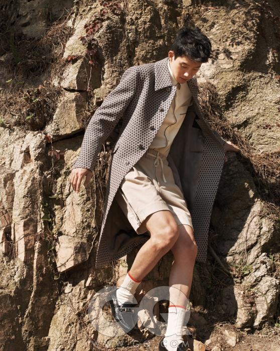 코트 가격 미정, 프라다.실크 셔츠, 페이턴트홀스빗 로퍼 가격 미정,모두 구찌. 쇼츠 가격미정, 레이. 양말2만5천원, 유니버설웍스 by 행루즈.