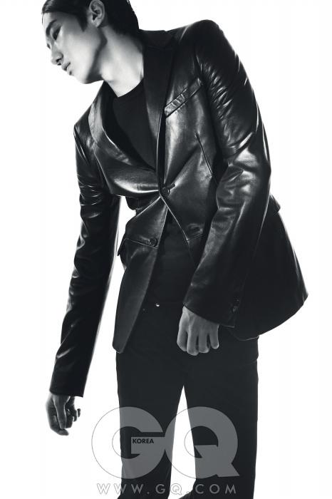 가죽 재킷 2백만원대, 질 샌더. 티셔츠 가격 미정, 미하라야수히로. 블랙 진 가격 미정, 디올 옴므.