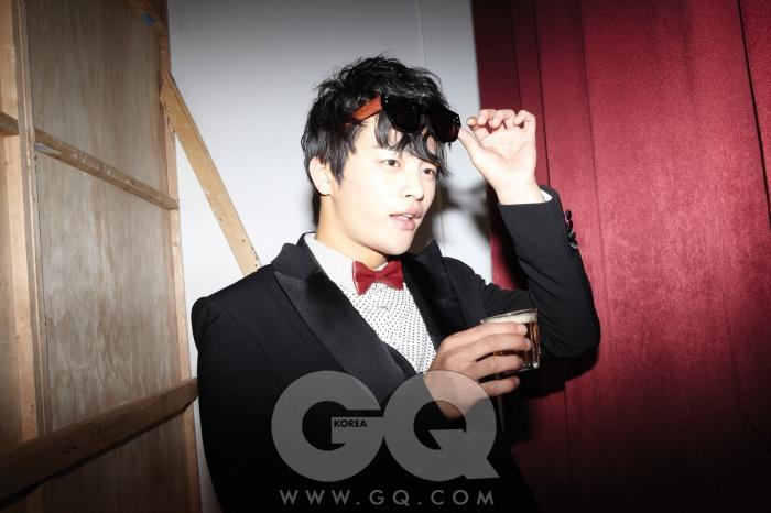 재킷과 바지는 모두 CY Choi, 보타이는 스타일리스트의 것.