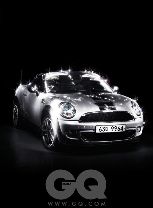 미니 쿠페 S 로드스터다른 어떤 차에도 없는 기백이 미니 쿠페에는 있다. 이 차에는 딱 2명만 탈 수 있다. 천으로 만든 지붕은 담백하게 손으로 열고 닫는다. 직렬 4기통 1,598cc 가솔린 엔진은 최고출력 184마력, 최대토크 24.5kg.m을 낸다. 경우에 따라, 간이 똑 떨어질 정도로 달릴 수 있다. 최고속도는 시속 222킬로미터, 시속 100킬로미터까지 가속하는 데는 10.5초 걸린다. 어떤 코너를 만나서 어떤 각도로 꺾어도 자세를 흐트러뜨리지 않는다. 이렇게 달릴 수 있는 자동차는 미니밖에 없다는 자신감.작지만 의연하고, 동작 하나하나에 미니의 철학이 그대로 담겨 있다.