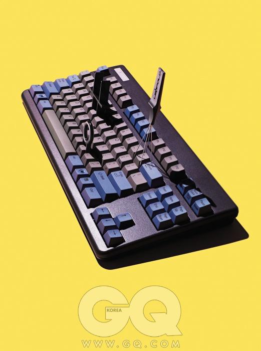 키보드정전용량무접점 방식 키보드리얼포스 87 발매 10주년 기념모델은 36만원, 토프레 by레오폴드. 키보드 세척 시간편하게 키캡을 제거할 수 있는리무버는 키캡 크기에 따라 두가지 방식으로 사용할 수 있는플라스틱 리무버가 3천원,데이터콤프. 스틸와이어리무버는 4천원, 레오폴드.가운데는 덕키 DK-9087키보드에 포함된 리무버.