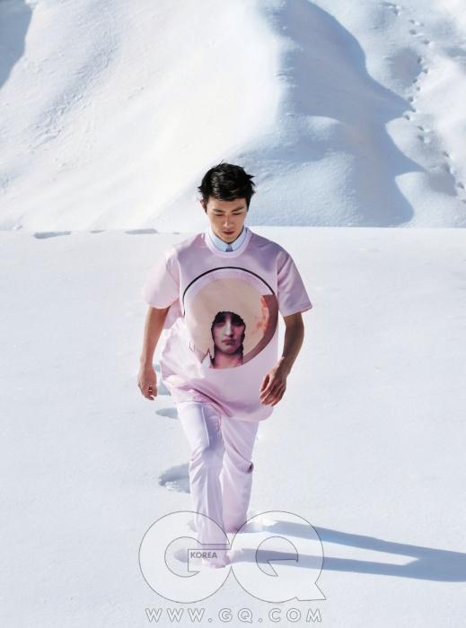 연한 분홍색실크 티셔츠와팬츠, 안에 입은하늘색 셔츠가격 미정,모두 지방시.