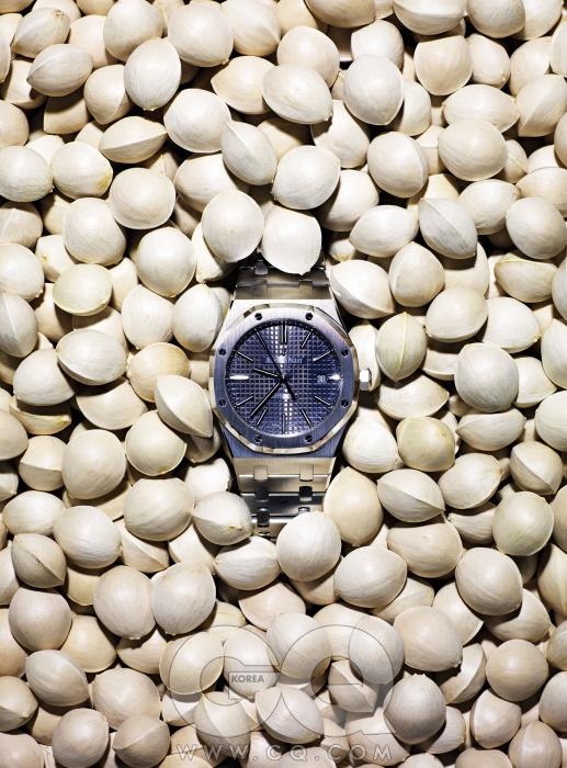 8각형 베젤을 8개의나사로 고정해 웬만한 충격으로는 분해되지 않는 스포츠 시계. 로열 오크 2천만원대, 오데마 피게.