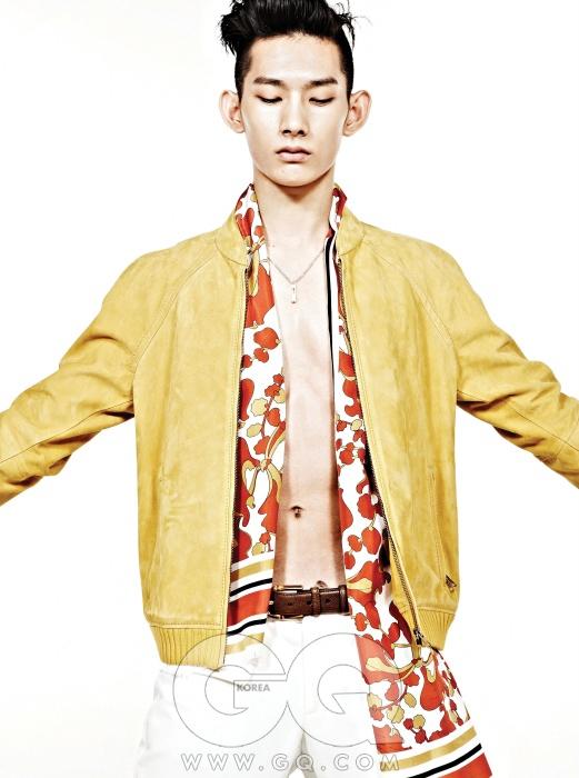 겨자색 스웨이드 봄버 재킷, 흰색 라이딩 팬츠, 대나무 버클 가죽 벨트, 꽃무늬 실크 스카프, 화이트 골드 펜던트, 모두 구찌.