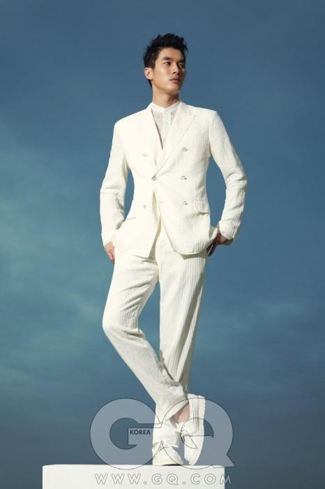 더블 수트와 셔츠가격 미정, 데크 슈즈 1백10만원대, 모두루이 비통.