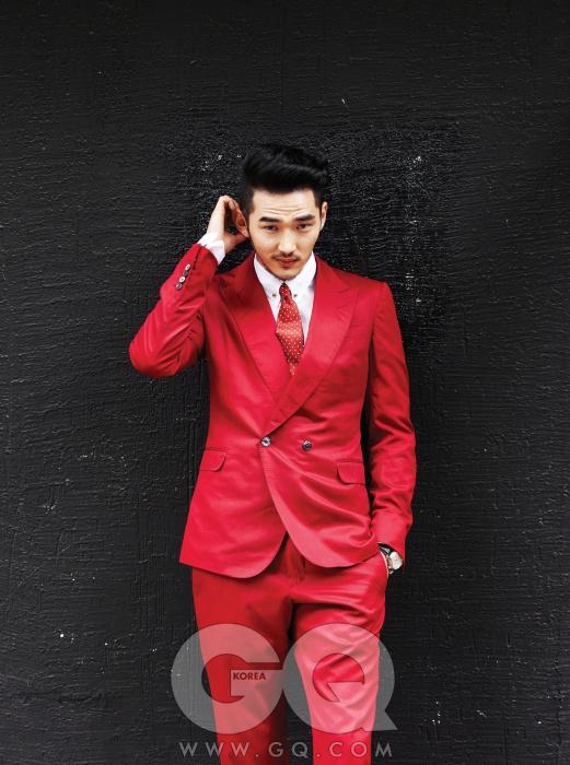 빨간색 수트와 흰색 셔츠, 넥타이, 타이 바, 커프링크스가격 미정, 모두 구찌. 포르투기즈 핸드 와인드 시계 가격 미정, IWC.