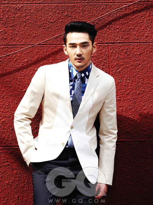 크림색 재킷,파란 무늬 셔츠, 넥타이, 남색 팬츠 가격 미정, 모두질 샌더. 하이퍼크롬 오토매틱 크로노그래프 시계 6백만원대, 라도.