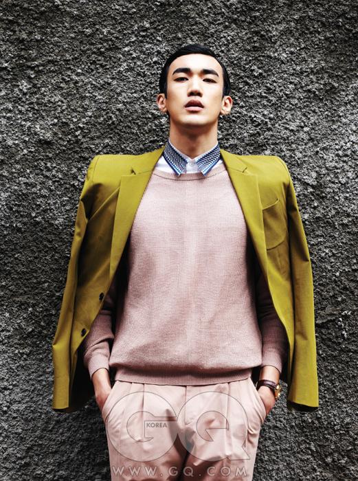 올리브색 재킷과 분홍색 니트, 흰색 셔츠, 팬츠 가격 미정, 모두 우영미. 드빌 프레스티지 코-액시얼 시계 1천4백만원대, 오메가.