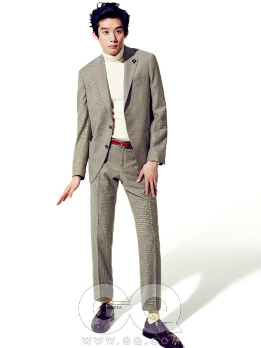 수트 1백49만8천원,라르디니 by샌프란시스코 마켓.터틀넥 가격 미정,유니클로. 벨트6만8천원, 레더맨 by바버샵. 시노매틱오토 1백26만원,해밀턴. 코도반 롱윙1백10만원, 알든 by유니페어.