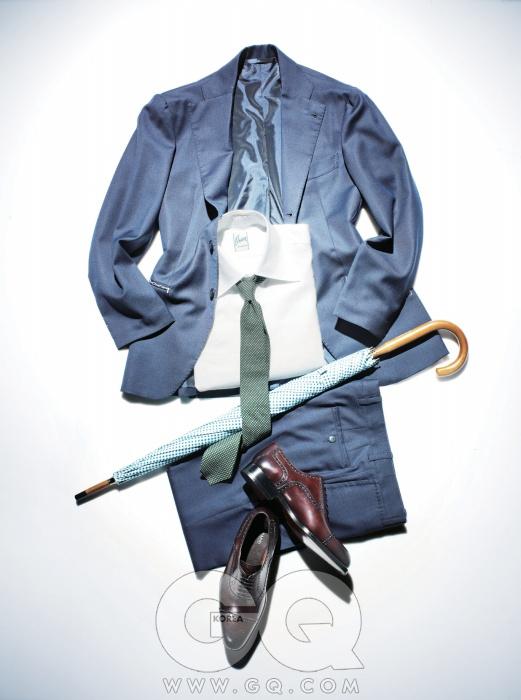 수트 4백90만원, 샤맛. 셔츠 33만원, 오리앙 X 시모네리기. 타이 17만원, 에레디 끼아리니.우산 17만원, 런던 언더커버. 옥스퍼드 브로그 63만원, 맥나니. 모두 분더샵(클래식) 제품.