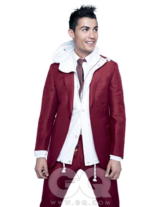 """""""사람들은 자신이원하는 대로 저를 봐요.전 그냥 제 자신이되려고 노력하죠."""" 재킷 안에 입은 흰색 새러데이 재킷은 나이키 CR7 컬렉션."""