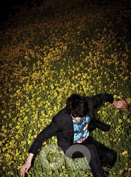 꽃무늬 재킷 1백37만원, 팬츠 77만원, 모두 캘빈클라인 컬렉션. 꽃무늬 톱 15만8천원, 우영미.