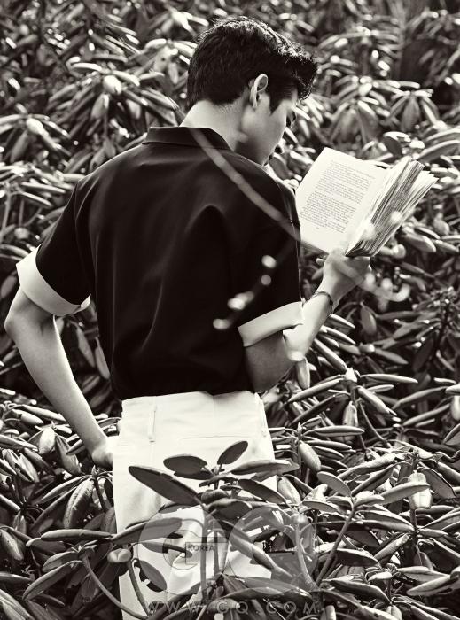 남색 셔츠 50만원대, 캘빈클라인 컬렉션. 흰 와이드 팬츠 가격 미정, 루이 비통. 팔찌 각각 6만원, 모두 바니타이 by 맨 메이드 우영미.