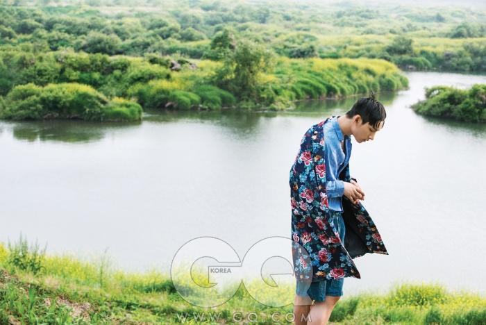 꽃무늬 면 코트가격 미정, 우영미.빛바랜 파란색 리넨셔츠 30만원, C.P.컴퍼니. 청록색리넨 쇼츠 가격미정, 아르마니꼴레지오니.