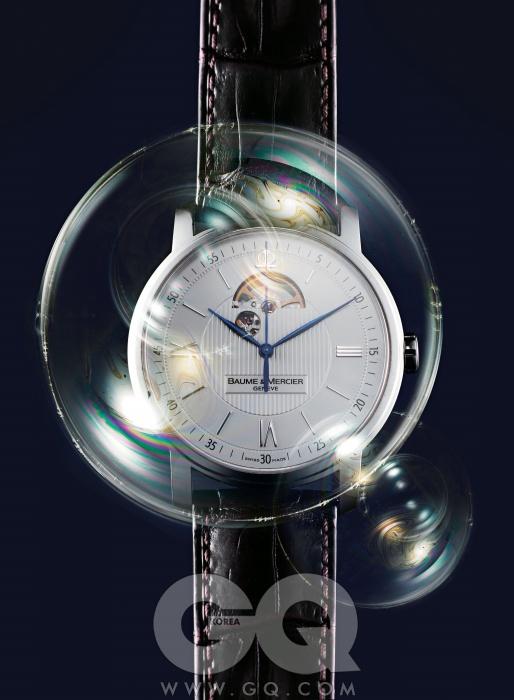 전통적인 시계 디자인의 정석을 되짚었다. 기로셰 장식과 로마 숫자 인덱스를 채택해 브랜드 고유의 디자인을 유지하면서, 12시 방향에 창을 내 밸런스 휠을 노출했다. 밸런스 휠의 궤적이 시간을 아름답게 그린다. 클래시마 오픈 밸런스 3백만원대, 보메 메르시에.