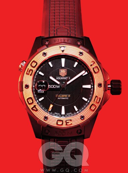 기능적인 면과 미학적인아름다움이 공존하는수상 스포츠용 시계.블랙 PVD 코팅된티타늄 케이스와 로즈골드로 만든 베젤,43mm 직경이호쾌하다. 아쿠아레이서500M 블랙 & 골드가격 미정, 태그호이어.