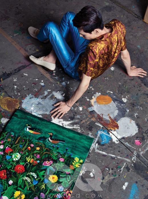 나뭇잎 무늬 셔츠42만5천원, 김서룡옴므. 반짝이는파란색 팬츠 가격미정, 버버리 프로섬.홀스빗 로퍼 가격미정, 구찌. 반지9만3천원, 팔찌11만5천원, 모두 초이.