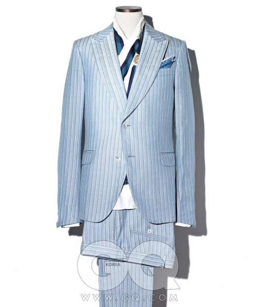3. COTTON SUIT 면 수트는 저녁까지 단단한 형태가 살아 있다. 가벼워 보이지 않으려면 바느질이 정교하고 색깔이 뚜렷한 것을 고른다. 흰색 줄무늬의하늘색 면 재킷3백45만원, 팬츠1백2만5천원, 흰색셔츠 58만원,포켓스퀘어 16만원,스카프 가격 미정,모두 구찌.