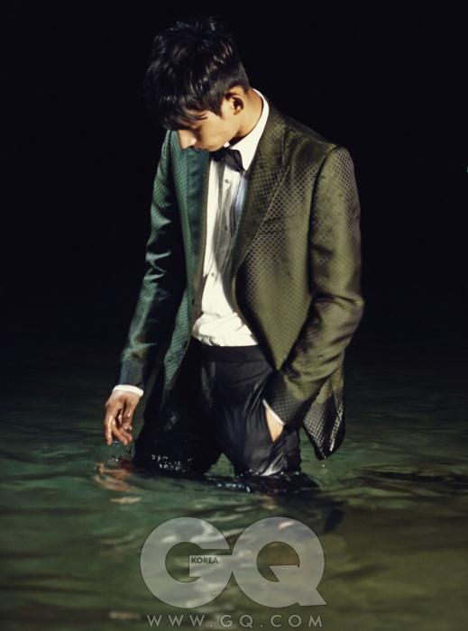 올리브색 자카드턱시도 재킷, 핀턱장식 셔츠 가격미정, 모두 구찌.허릿단에 새틴장식이 있는 검정팬츠와 실크 보타이가격 미정, 모두프라다.