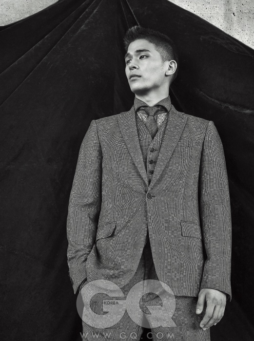 회색 스리피스 수트, 셔츠, 타이 가격 미정, 모두 보테가 베네타.