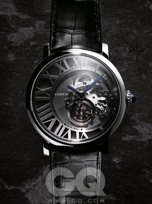 사파이어 카보숑이세팅된 18K 골드 비즈크라운이 돋보이는,직경 46mm의 크고우아한 시계. 로통드까르띠에 리버스투르비옹 1억 8천만원,까르띠에.