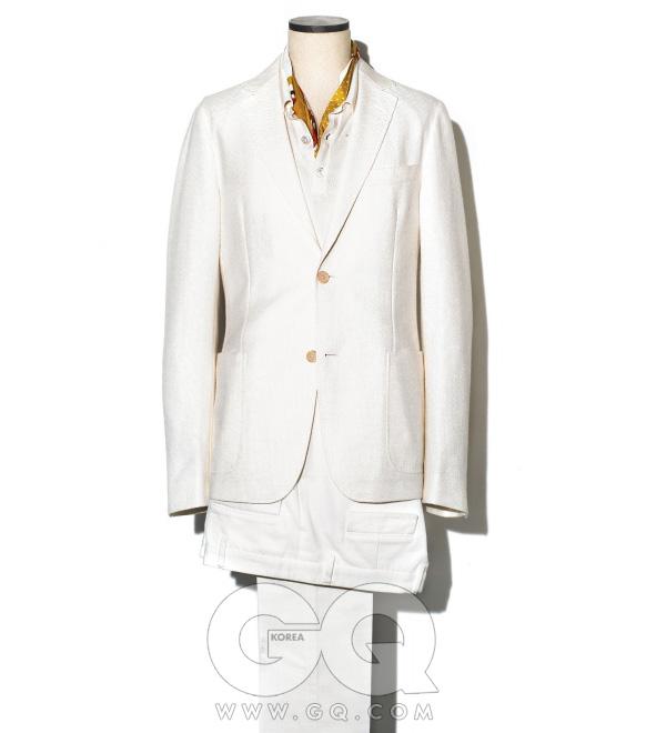 흰색 수트와니트, 스카프가격 미정,모두 구찌.