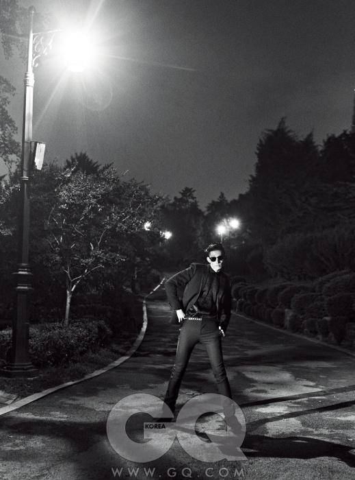 새틴 라펠 이브닝재킷과 검정 팬츠,실크 셔츠와스웨이드 앵클부츠,모두 생 로랑 파리.선글라스는 레이밴클럽마스터 블랙.