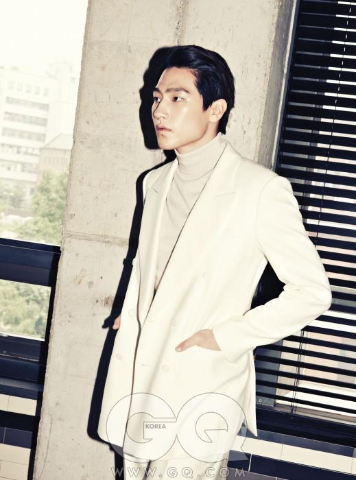 흰색 재킷1백68만원,터틀넥 니트 가격미정, 팬츠 59만원,모두 김서룡 옴므.