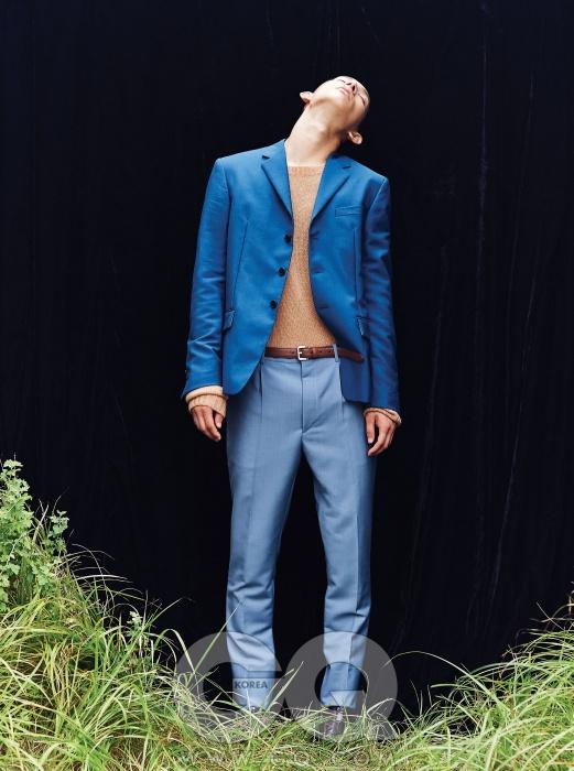 파란색 스리버튼 재킷,낙타색 스웨터,옅은 파란색팬츠, 구두,모두 프라다.