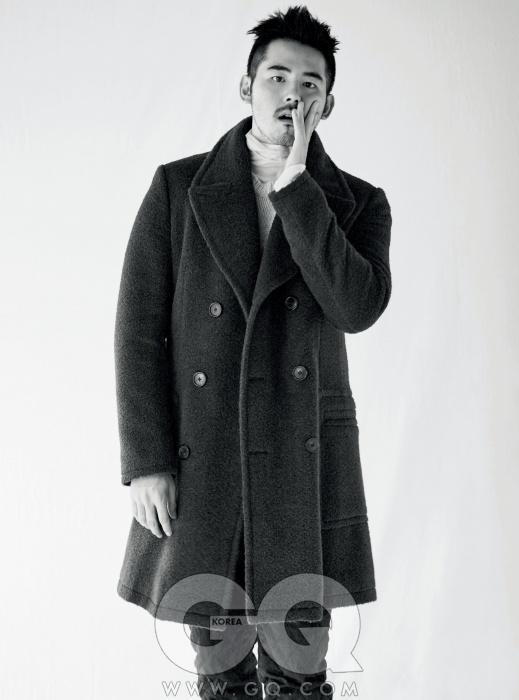Kwon Chul Hwa얇은 터틀넥 톱,성글게 짠 캐시미어니트, 퀼팅 장식 팬츠,연한 회색 코트,모두 에르메스.