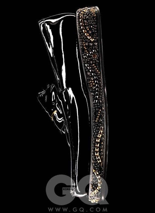 창에 아름다운 보석 장식을 붙인 매끈한 페이턴트 로퍼 가격 미정, 베르사체.