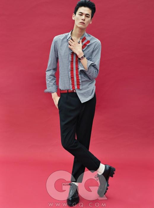 빨간색 프릴 장식셔츠, 검정색 팬츠,슈즈 가격 미정,모두 프라다. 그랑리베르소 1931 루즈시계 가격 미정,예거 르쿨트르.
