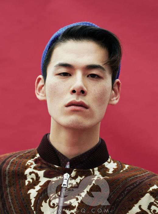 페이즐리 무늬 패딩점퍼 1백59만원,드리스 반 노튼 by분더샵 맨. 파란색비니와 셔츠 가격미정, 모두 우영미.