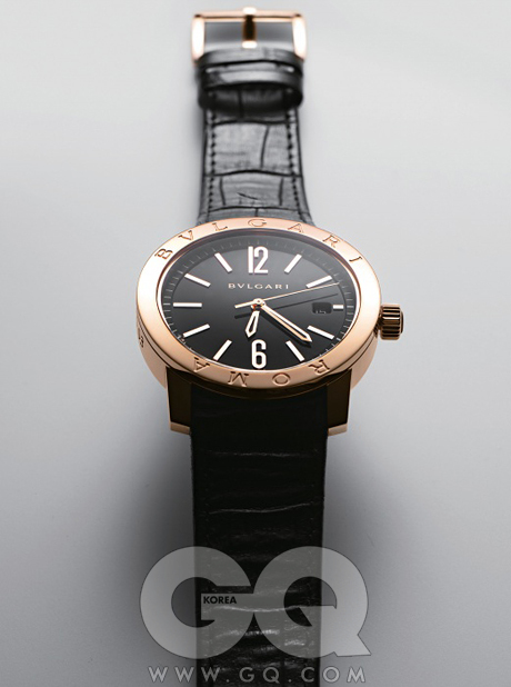 BVLGARI1975년, 불가리가 VIP100인에게 시계를선물했다. '불가리로마'라고 쓰인 베젤에전자 시계 창이 콱 박힌불가리의 첫 시계였다.덕분에 불가리는 시계사업을 시작했고,'불가리 불가리'컬렉션의 근간이되기도 했다. 새삼자축하기 위해, 베젤아래 '로마'를 새긴불가리 로마 워치를만들으니, 이번엔250개, VIP가아니어도 차고만 싶다.2천만원대.