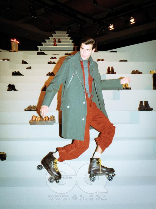 청록색 코트,터틀넥과붉은색 팬츠,롤러스케이트슈즈 가격 미정,모두 에르메스.