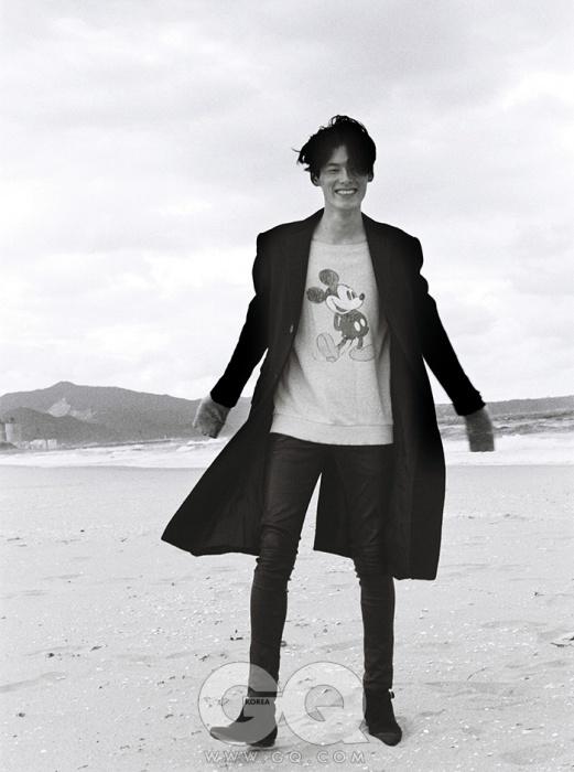 검정 캐시미어 코트 가격 미정, 랄프 로렌 퍼플 라벨. 가죽 팬츠와 검정 스웨이드 부츠 가격 미정, 모두 생 로랑 파리. 미키마우스 스웨트 티셔츠는 에디터의 것.