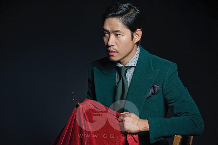 의상 협찬/ 녹색 수트는 김서룡 옴므, 회색 셔츠는 커스텀멜로우, 초록색 넥타이는 로드 앤 테일러, 보라색 포켓스퀘어는 벨그라비아