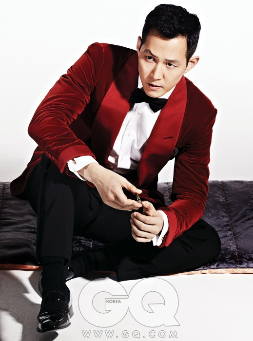 붉은색 턱시도 재킷, 흰색 셔츠, 검정색 보타이, 검정색 바지, 검정색 구두 모두 톰 포드. 검정색 긴 방석은 은채.