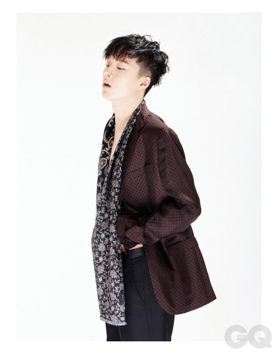 이브닝 재킷, 검정색 이브닝 팬츠, 스카프 가격 미정, 모두 구찌.