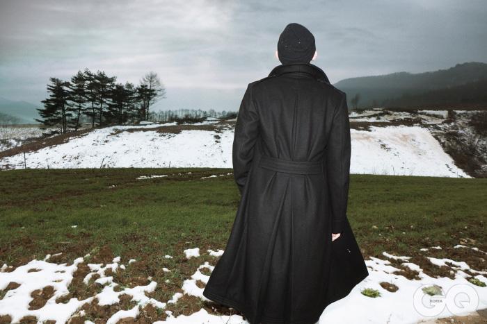 울 오피서 코트 2백60만원대, 랄프 로렌 블랙 라벨. 검정색 워치 캡은 에디터의 것.