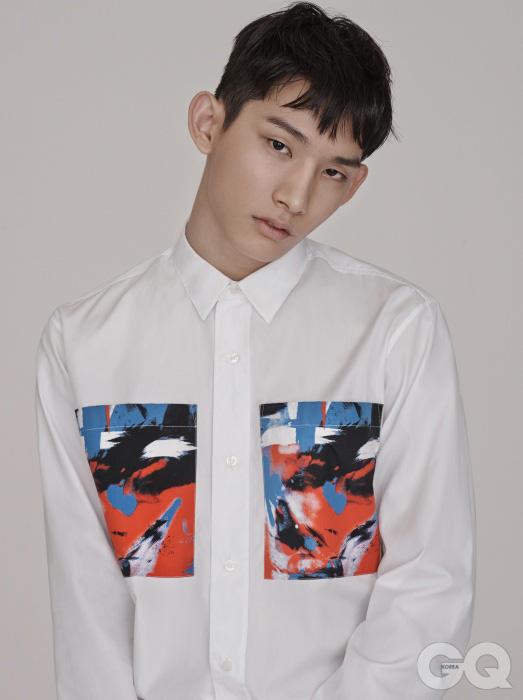 아름다운 회화 장식의 화이트 셔츠 가격 미정, 디올 옴므.