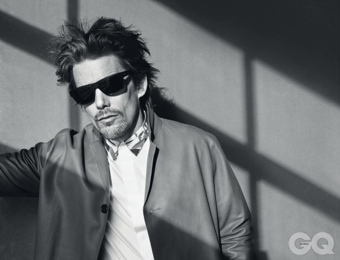 셔츠와 재킷, 선글라스는 모두 디올 옴므.