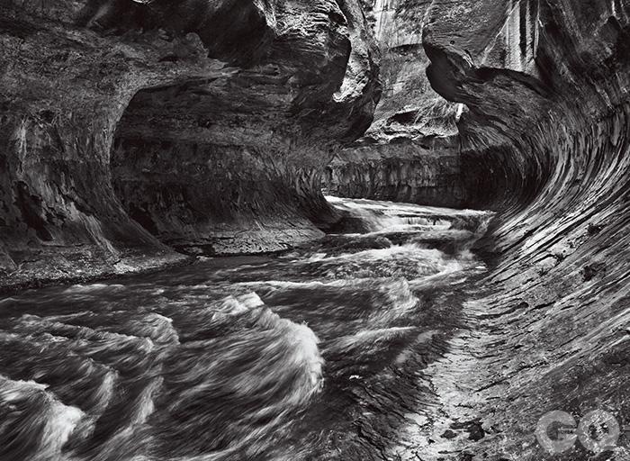유타의 자이온 국립공원을 지나는 260킬로미터의 버진 강은 부드러운 사암질 강바닥 위에 조금씩 흔적을 남긴다.