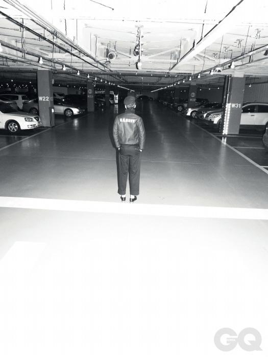 블루 콜드 웨더 재킷 88만9천원, 리얼 맥코이즈 by 오쿠스. 베레모 가격 미정, 마가렛 호웰. 와이드 치노 팬츠 가격 미정, 프라다. 레이스업 슈즈 가격 미정, 에르메스.