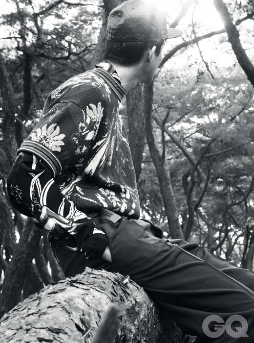 꽃무늬 니트와 셔츠, 줄무늬 팬츠, 벨트 가격 미정, 모두 프라다. 검정색 가죽 캡 26만원, 준지 by 10 꼬르소 꼬모.
