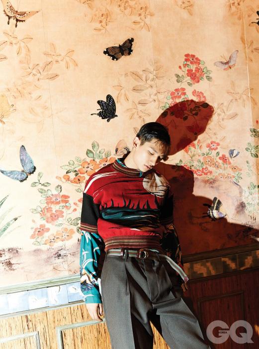 격렬한 석양을 수놓은 스웨터, 하와이안 핀업걸 프린트 셔츠, 와이드 팬츠, 링 벨트, 모두 프라다.
