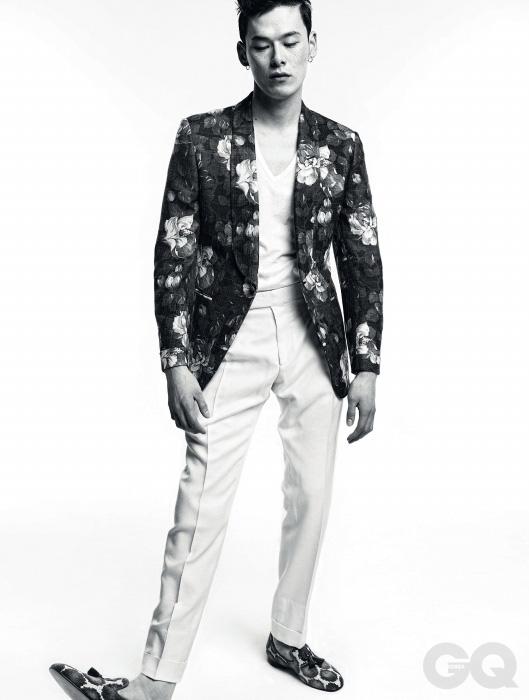 6. NEW TUX 꽃무늬 숄칼라 이브닝 재킷, 흰색 턴업 팬츠, 흰색 면 티셔츠, 벨벳 태슬 로퍼 가격 미정, 모두 톰 포드.