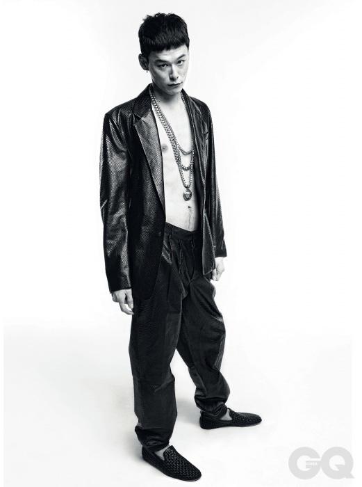 8. EXOTIC LEATHER 가죽 재킷과 팬츠, 펀칭 장식 슬립온 가격 미정, 크고 과장된 목걸이 2백만원대, 모두 베르사체.