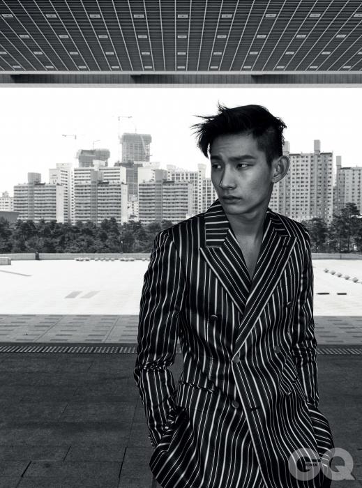세로 줄무늬 재킷 1백69만원, 검정색 와이드 팬츠 69만8천원, 모두 김서룡 옴므.